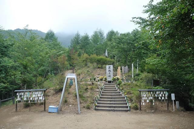 s-Cenotaph_of_the_japan_air_flight_123_at_osutaka_Ridge.jpg